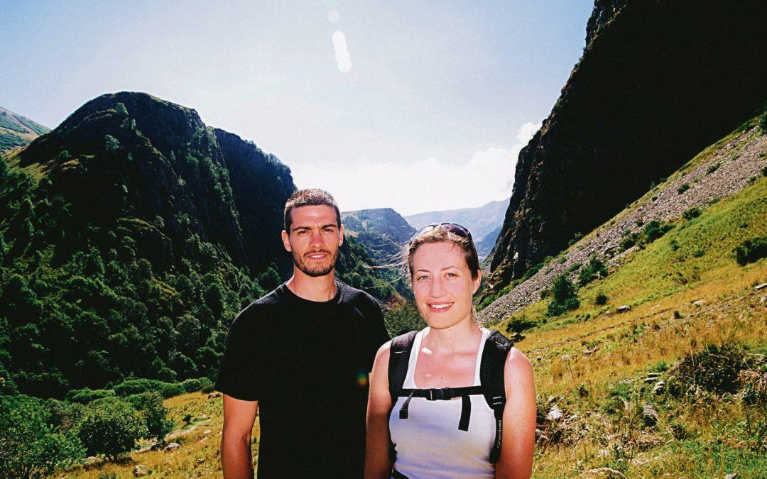 Sabrina et Alexandre dans les montagnes de l'Alpe d'Huez avant leur départ autour du monde